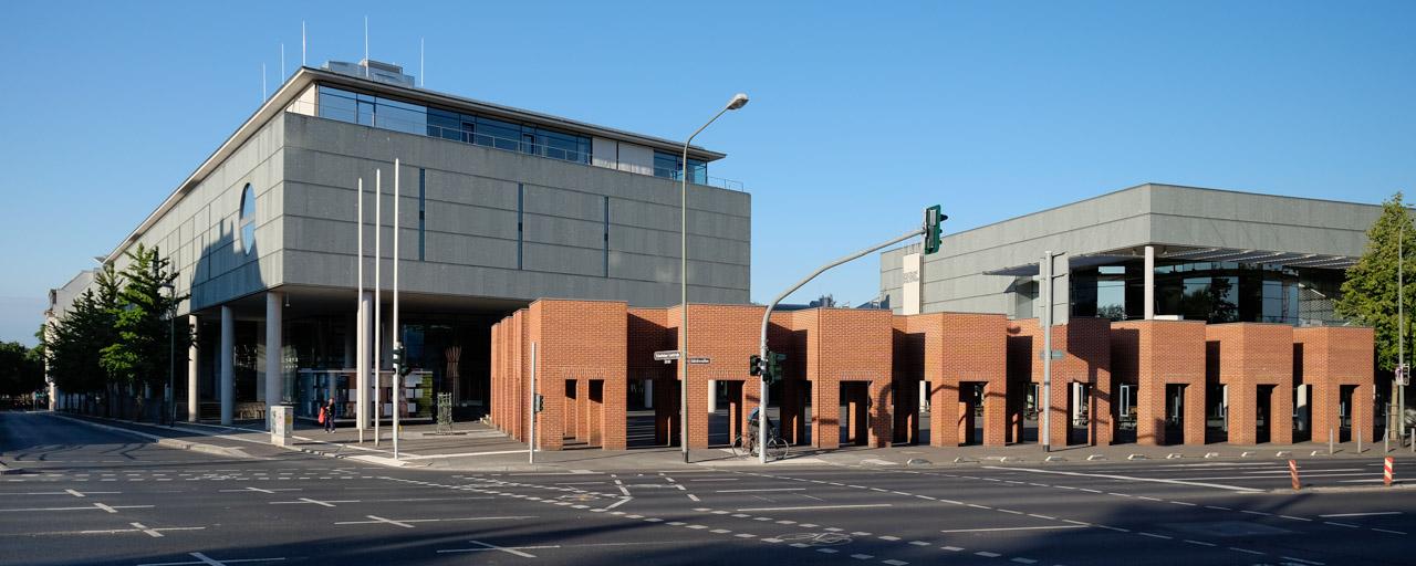 Frontseite der Deutschen Nationalbibliothek in Frankfurt am Main mit den Backsteintoren von Per Kirkeby