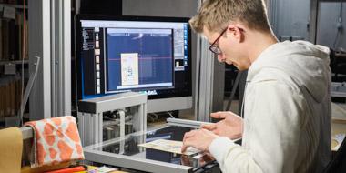Digitalisierung eines Einzelblattes an einer der Scanstationen in der Deutschen Nationalbibliothek