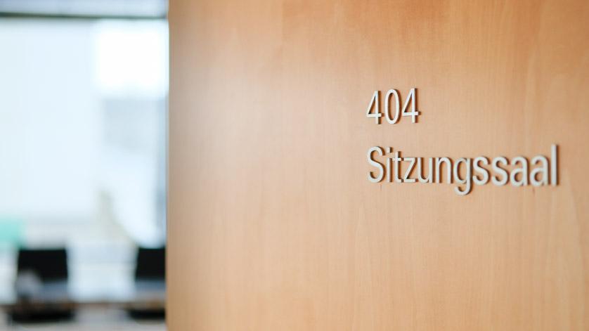 Halb geöffnete Tür zum Sitzungssaal der Deutschen Nationalbibliothek in Frankfurt am Main mit der Raumnummer 404