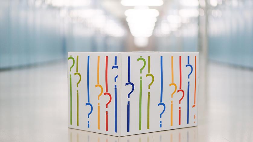 Kiste mit Fragezeichen in den Farben des Logos der Deutschen Nationalbibliothek