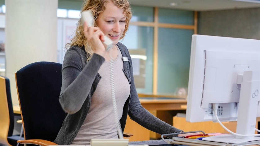 Eine Mitarbeiterin der Deutschen Nationalbibliothek nimmt ein Telefonat entgegen.