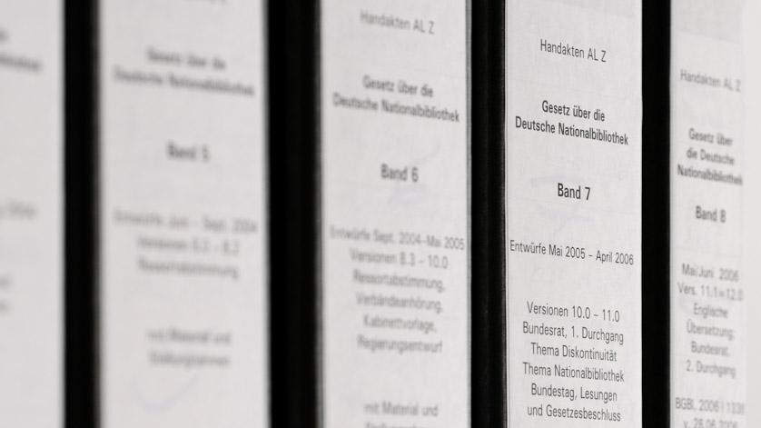 """Aktenordner mit Materialen aus dem Gesetzgebungsprozess """"Gesetz über die Deutsche Nationalbibliothek"""""""