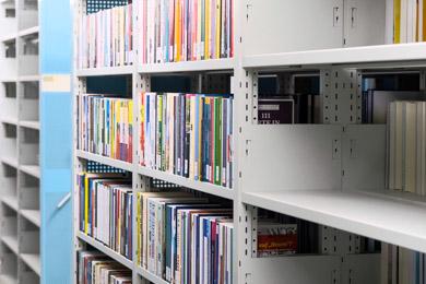 Teils volle, teils noch leere Regalböden in unserem mit Kompaktanlagen ausgestatteten Magazin am Standort Frankfurt am Main