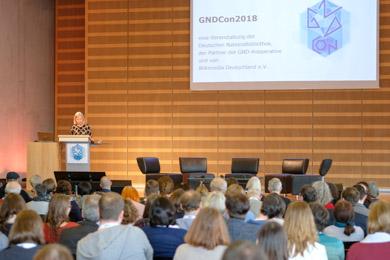 Auftaktveranstaltung der Convention 2018 zur Gemeinsamen Normdatei; Frau Dr. Elisabeth Niggemann begrüßt die Teilnehmerinnen und Teil-nehmer
