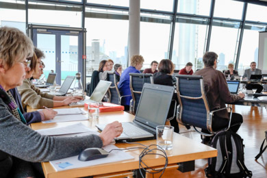 Arbeitsatmosphäre bei der Sitzung eines der Standardisierungsgremien im Sitzungssaal der Deutschen Nationalbibliothek in Frankfurt am Main