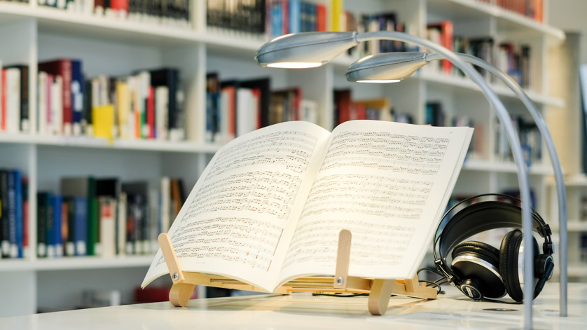 Aufgeschlagene Partitur an einem Arbeitsplatz im Musiklesesaal der Deutschen Nationalbibliothek