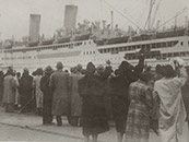 """Das Schiff """"Conte Verde"""" im Hafen von Shanghai, 1939. Deutsches Exilarchiv 1933-1945 der Deutschen Nationalbibliothek."""