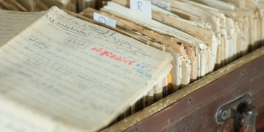 """The opened """"suitcase"""" of the writer Walter Meckauer - with his stories, observations and reports. A manuscript lies open on the contents of the suitcase."""